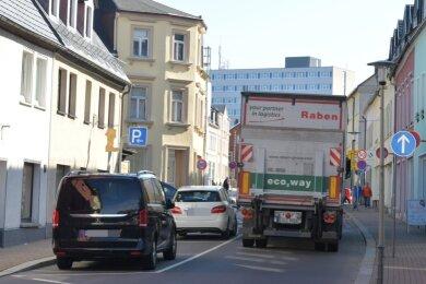Die Bahnhofstraße in Brand-Erbisdorf ist das Nadelöhr der Stadt. Neben Bussen und Pkw schlängeln sich täglich unzählige Lkw zum Industriegebiet Ost. Mit einer Verbindung außerhalb der Kernstadt könnte das Problem gelöst werden.