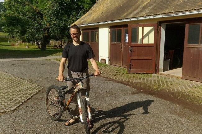 Pfarrer Andreas Virginas setzt aufs Rad. Auf dem Gelände des Pfarrhofes in Beiersdorf will der 41-Jährige einen Fahrradparcours bauen. In der Scheune soll eine Schrauberwerkstatt entstehen.