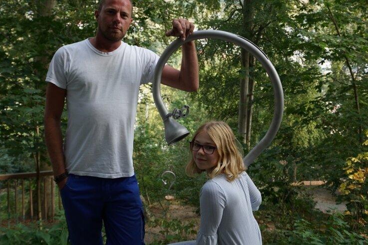 Kevin Wagner und Heidi Schaller am neuen Rohrtelefon.