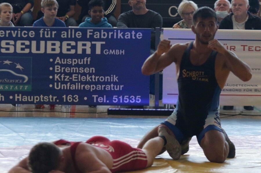 Mit Stefan Coman (rechts) hat der AVG ein rumänisches Talent verpflichtet, der in Hösbach mit einem vorzeitigen Sieg schon einmal die Muskeln spielen ließ.