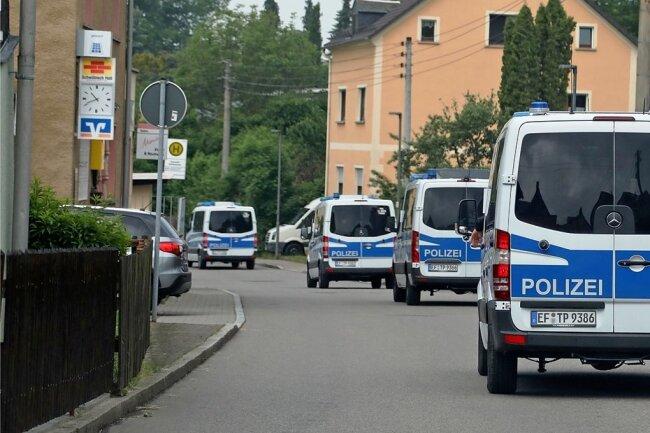Im Zuge eines weltweiten Schlags gegen die Organisierte Kriminalität hat es am frühen Montagmorgen eine Razzia im Limbach-Oberfrohnaer Ortsteil Bräunsdorf gegeben.