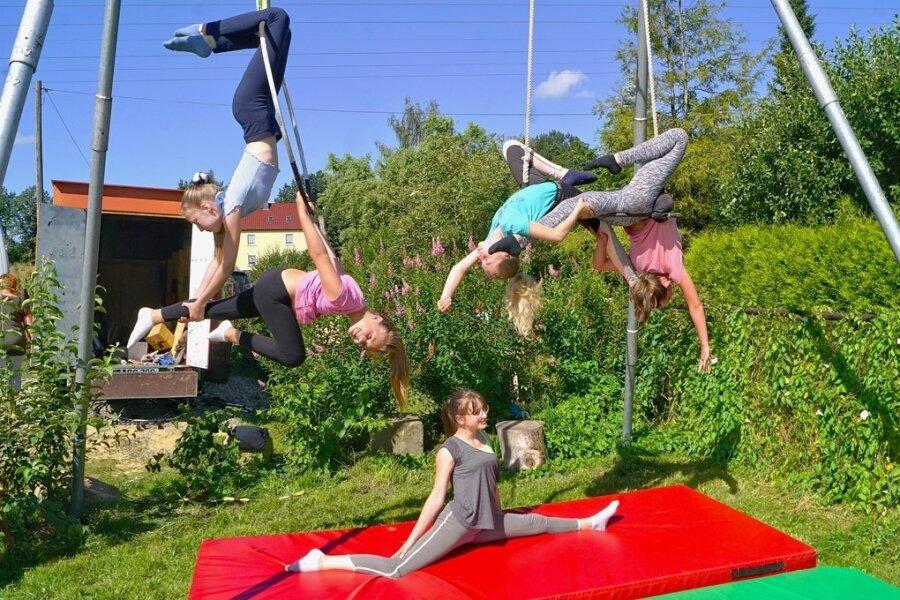Josephine Reinhold, Tessa Bachmann, Paloma Kaatz, Khira Trommer und Saskia Baumann (v.l.) beim Trainig im Zirkuscamp 2020.