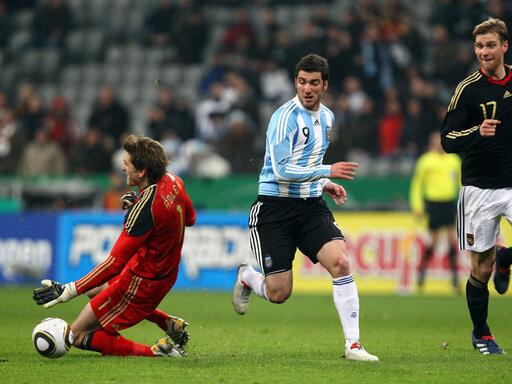 Gonzalo Higuain (r.) düpiert Rene Adler und trifft zum Siegtreffer