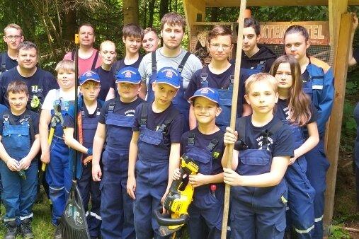 Mitglieder der Thumer Jugendfeuerwehr während ihres Umweltdiensts. Mit dabei: Jugendwartin Bianca Göthel (rechts).