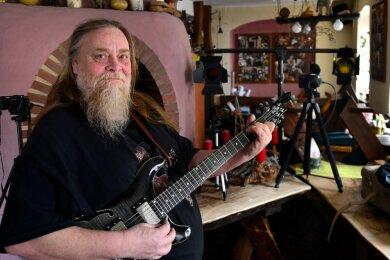 """In Hainichen zieht Steffen """"Kuno"""" Kunze am Samstag im """"EigenArtig"""" ganz neue """"Saiten"""" auf. Er spielt zwar nicht selbst Gitarre, bittet aber zum ersten Streamingkonzert."""
