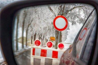 Fünf Straßenabschnitte im Kreis Mittelsachsen mussten wegen Schneebruchs gesperrt werden.
