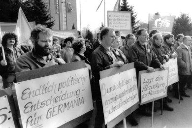 Frühjahr 1996: Frustrierte Mitarbeiter wenige Tage nach Einleitung des Konkursverfahrens auf einer Kundgebung vor dem Werkstor.