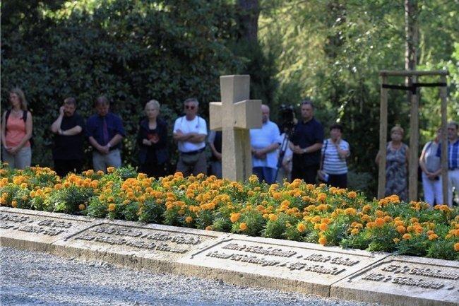 Schüler aus Plauen haben die Grab- und Gedenkstätte für die Opfer des Explosionsunglücks der Kartuschieranstalt adoptiert.