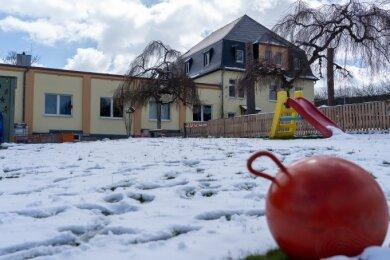 """15 Krippen-, 35 Kindergarten- und 25 Hortkindern bietet das """"Zwergenland"""" in Rodewisch bisher Platz. Durch den Ausbau des Dachgeschosses soll die Hortkapazität verdoppelt werden."""