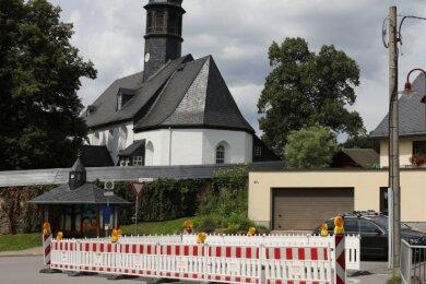 Diese Absperrung in Markersbach ist vorsorglich und wird lange stehen, denn noch ist offen, wie der notwendige Bau des kaputten Bachdurchlasses finanziert wird.