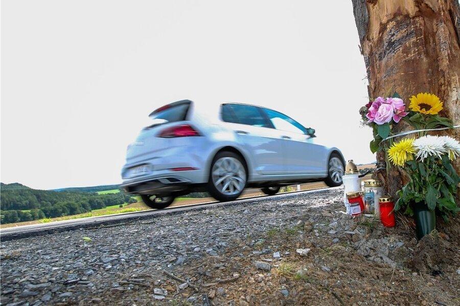 Trauernde hinterließen Kerzen und Blumen am Baum an der B 169, an dem zwei Männer starben. Der Baum ist inzwischen gefällt.