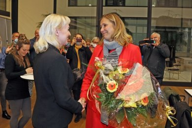 Kathrin Köhler (l.) gratuliert Wahlsiegerin Constance Arndt.