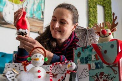 Mitarbeiterin Astrid Fuhse mit einer verbesserten Bossel-Boxx - einer speziell für Kinder entwickelten Bastelbox.