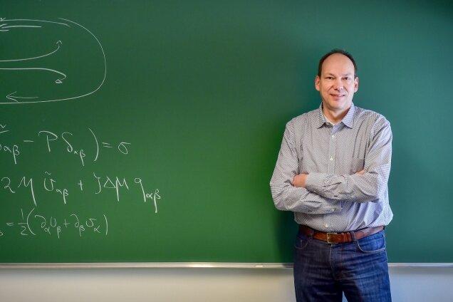 """Frank Jülicher vor der Tafel, an der er mit seinen Kollegen Ideen diskutiert. Er ist überzeugt: """"Man kann die Welt, das Leben nur verstehen, wenn man die Grundlagen erkennt."""""""