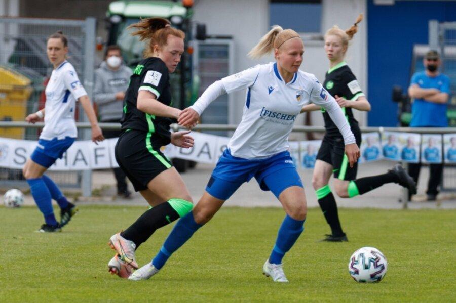 Annalena Breitenbach (vorn rechts) gewinnt den Zweikampf gegen Lisanne Gräwe vom VfL Wolfsburg II.