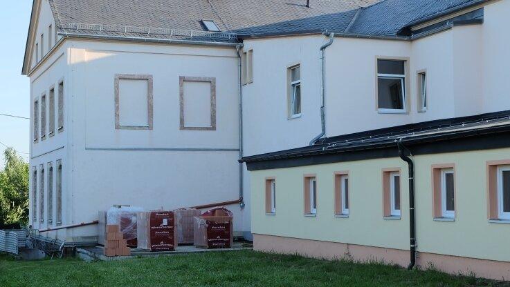 In der Ecke zwischen der ursprünglichen Schule (links) und einem nach den Zweiten Weltkrieg errichteten Anbau entsteht ein weiterer Anbau mit zwei Wirtschaftsräumen. Das Fundament dafür wurde bereits 2020 gegossen.