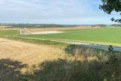 Nördlich von Beutha, im Bild rechts vom Plattenweg, wird der Boden für eine moderne Milchviehanlage bereitet. Das Gebäude soll Platz für mehr als 700 Tiere bieten.