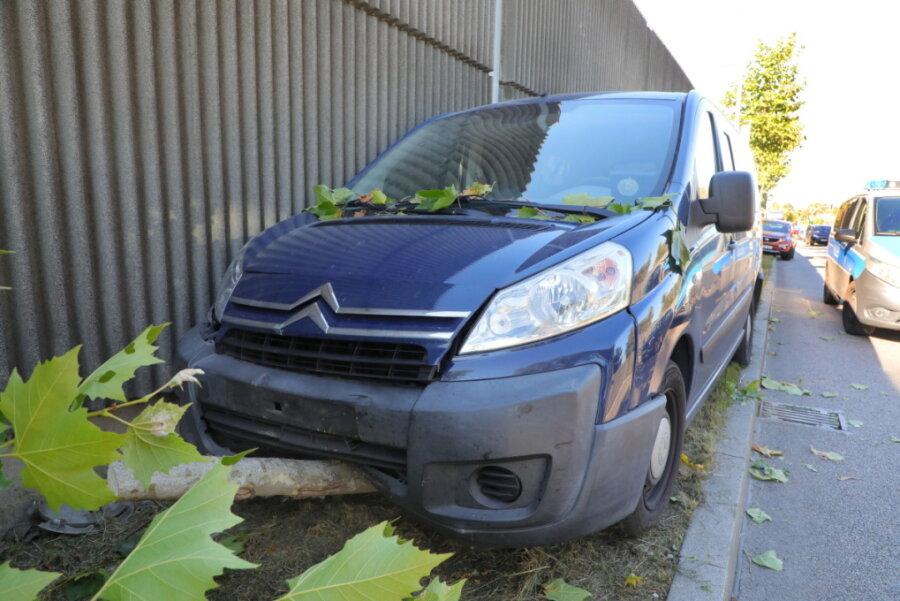 Citroën prallt gegen Baum: Fahrer schwer verletzt