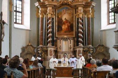 Am Sonntag wurde in St. Anna mit Bischof Monsignore Tomáš Holub aus Pilsen (Mitte) die Heilige Messe gefeiert.