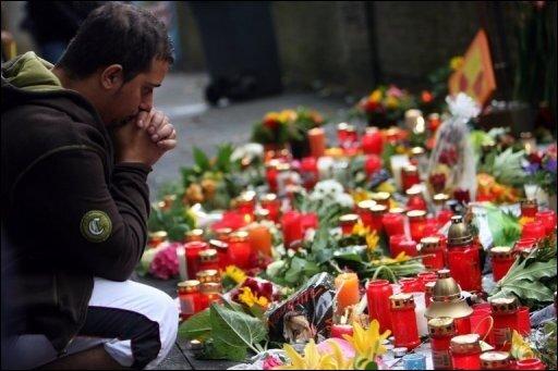 Zwei Tage nach der Katastrophe auf der Loveparade mischt sich Wut auf die Verantwortlichen in die Trauer um die Toten. Erste Zielscheibe ist Oberbürgermeister Adolf Sauerland, den Trauernde bei einem Ortsbesuch mit Müll bewarfen.