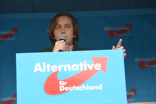 Die Bundestagsabgeordnete Beatrix von Storch auf der Bühne.