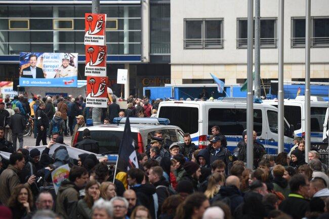 Polizisten zwischen den Lagern im Stadtzentrum von Chemnitz.