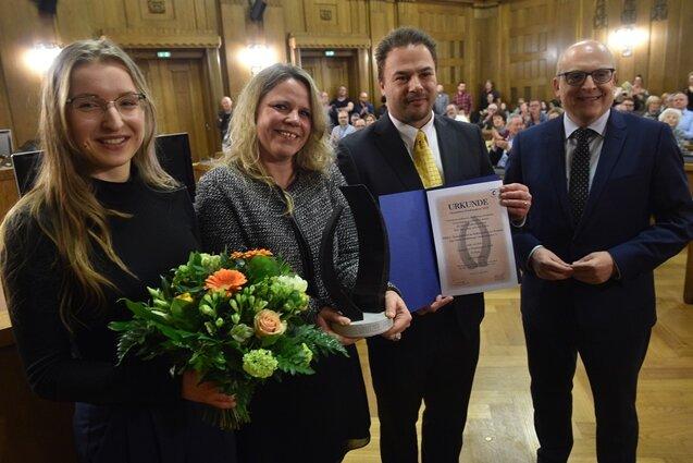 Vertreter des Projekts Perla und des Trägervereins Weltbeweger nahmen den Chemnitzer Friedenspreis von Bürgermeister Sven Schulze (links)entgegen.