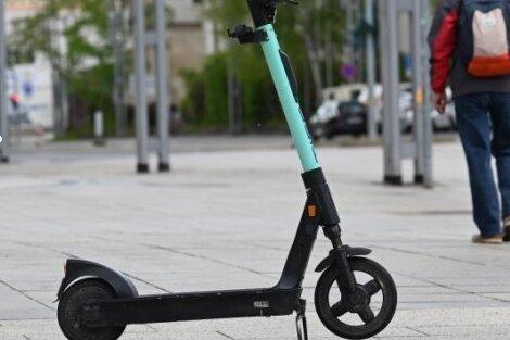 Betrunkene fahren mit E-Scooter durch Chemnitz