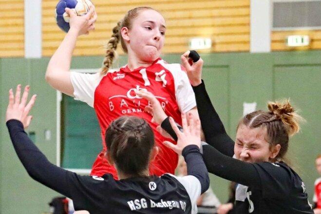 Die zweifache Zwickauer Torschützin Juliane Peter muss sich in dieser Situation gleich gegen zwei Abwehrspielerinnen behaupten.