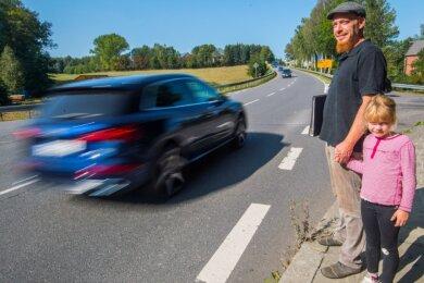 Norman Schirmer und seine Tochter Maggie müssen genau aufpassen, wenn sie von der Hartensteiner Straße aus über die Bundesstraße gehen wollen.