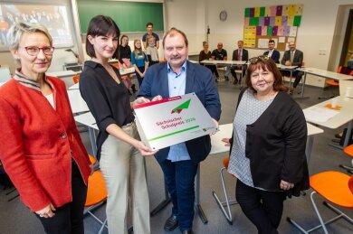 Katrin Beyer (l.) und Heike Schulze (r.) vom Landesamt für Schule und Bildung gratulieren Zwölftklässlerin Luisa Baumgärtner und Lessing-Direktor Frank-Maik Richter zum Sächsischen Schulpreis.