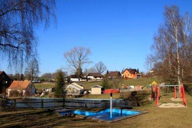Der eingezäunte Teich in Pechtelsgrüns Ortsmitte.