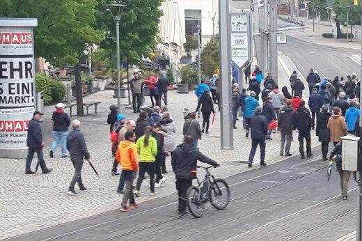 Menschen setzen sich im Bereich des Plauener Postplatzes in Bewegung