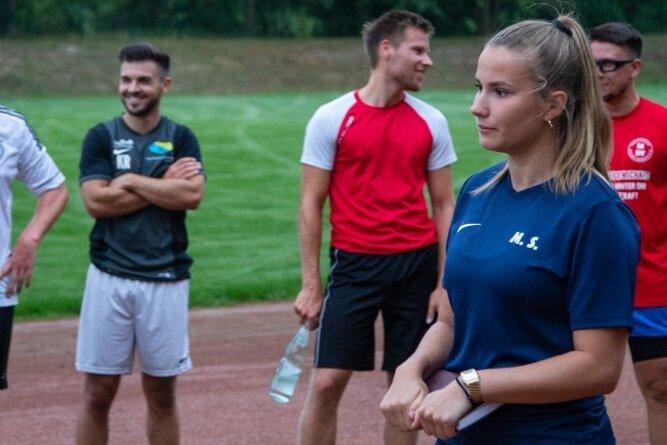 Schiedsrichterin und Sportstudentin Marie Schupke leitete kürzlich eine Trainingseinheit beim Meeraner SV II.