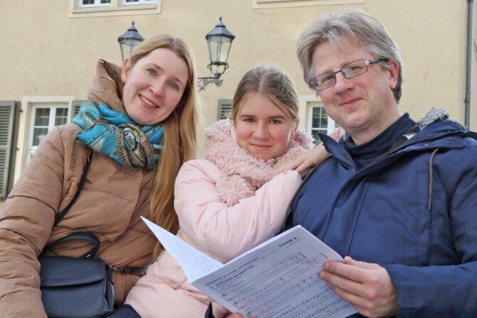 Eine musikalische Familie: Igor Solovyev mit Ehefrau Lidia und Tochter Alena vor dem Robert-Schumann-Haus.