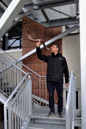 Firmenchef Frieder Strobel blies zum Richtfest ins Horn.