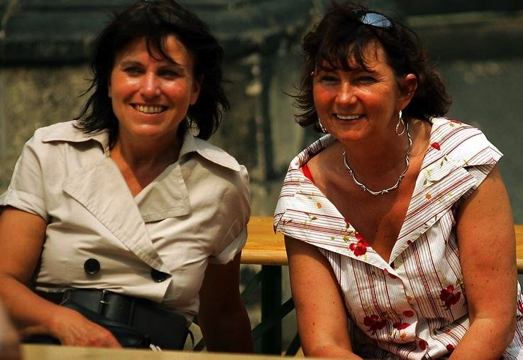 """<p class=""""artikelinhalt"""">Die beiden haben seit Sonntag gut lachen: Pia Findeiß (SPD, links) geht als Favoritin in die zweite Runde der Zwickauer OB-Wahl. Kerstin Nicolaus (CDU), in Hartmannsdorf als Bürgermeisterin suspendiert, wurde wieder gewählt (Foto vom SPD-Sommerfest am 31. Mai). </p>"""