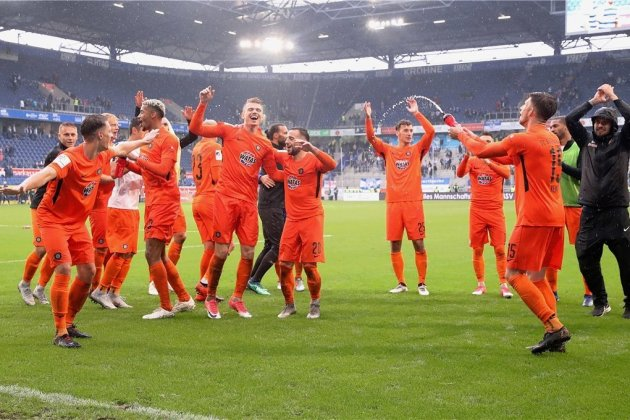Party im Regen: Das schlechte Wetter in Duisburg konnte die Freude der Auer über den 2:1-Sieg nicht trüben.