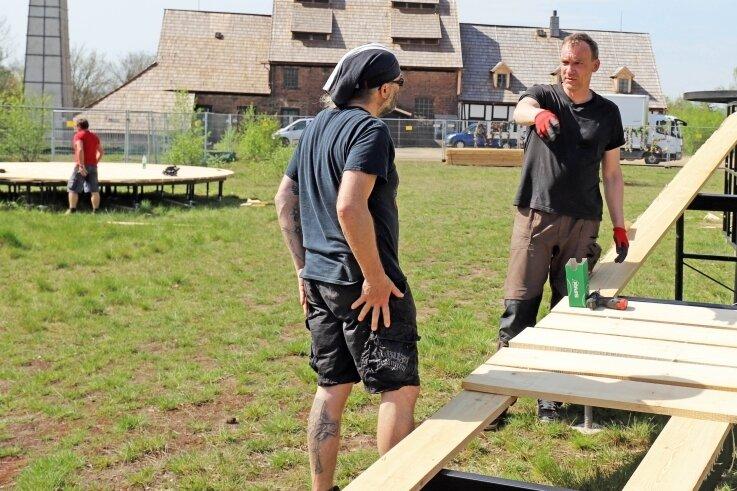 Bühnentechniker Lorenz Lissmann (r.) und Bühnenbaumeister Torsten Falkenhain besprechen die nächsten Schritte für die Aufbauten auf der Halde.