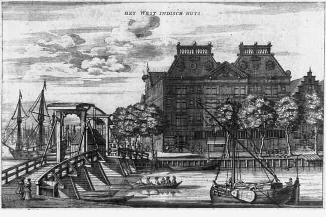 Hier lagerten mit dem Verkauf verschleppter Afrikaner erworbene Güter: Das Lagerhaus der Westindien-Compagnie in Amsterdam in einer Darstellung von 1655. Heute beherbergt das Gebäude Wohnungen und Büros.