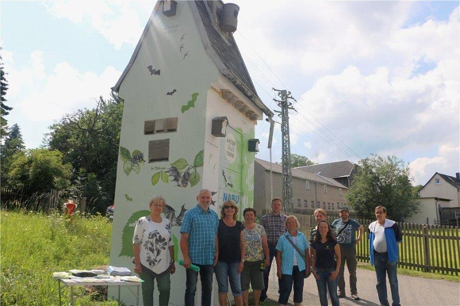 Der erste Artenschutzturm des Vogtlandes wurde von der Pausaer Ortsgruppe des Naturschutzbundes eingeweiht. Unterhalb des Daches sind Nisthilfen für Schwalben, oben am Dach ein Turmfalkenkasten. Auch an Fledermäuse und Igel wurde gedacht. Fotos: Simone Zeh (3)