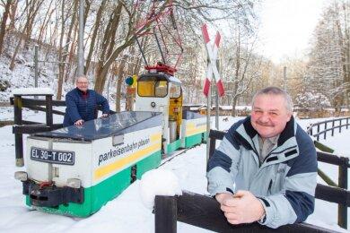Eine Fahrt mit der Parkeisenbahn durch die verschneite Landschaft im Syratal haben dieser Tage Betreiber Michael Hochmuth (links) und Mario Preusche unternommen. Die Loks müssen auch im Winter immer wieder mal bewegt werden, so Hochmuth.