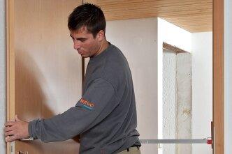 """<p class=""""artikelinhalt"""">Hausbesitzer verzichten beim Einbau neuer Türen gern auf eine Baustellensituation mit Lärm und Schmutz. Das wird durch Komplettlösungen erleichtert. Mit rationeller Systemtechnik gehen die Arbeiten zügig voran, wobei Ärger und Geld gespart werden.  </p>"""