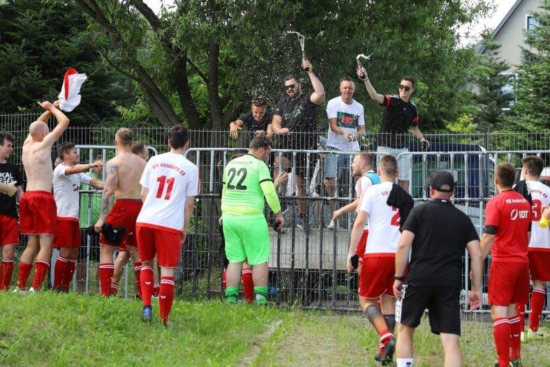 Die Spieler des VfB Annaberg feiern ihren Pokalsieg zusammen mit ihrem von außen zuschauenden ehemaligem Trainer Daniel Mannsfeld (2. v.l. oben) sowie Rico Offenderlein, Kilian Gerlach und Christoph Meyer, die den Verein im Sommer ebenfalls verlassen haben.