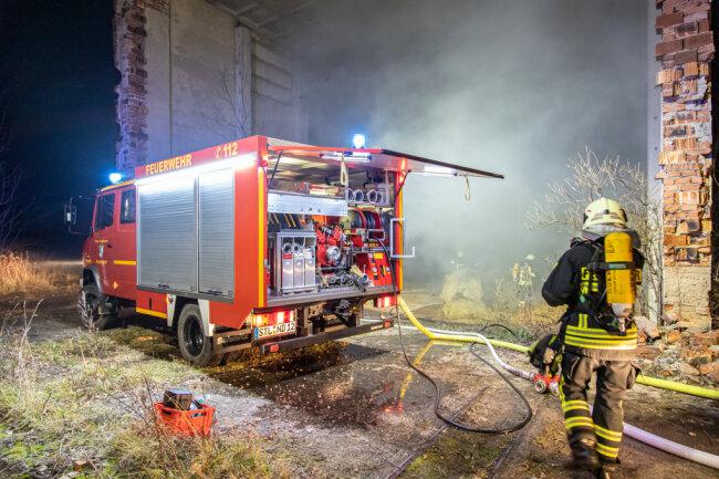 In einer offen stehenden Lagerhalle in Niederdorf ist in der Nacht zu Montag ein Feuer ausgebrochen.