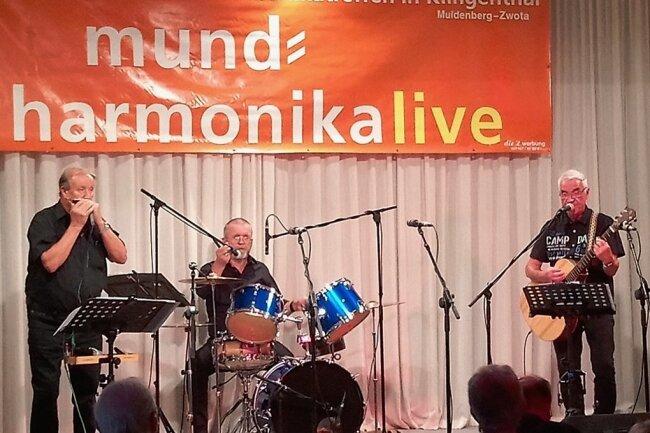 Jürgen Just (links) mit der Mundharmonika, Gottfried Böhm am Schlagzeug und Klaus Kretzschmar an der Gitarre. Der Donnerstagabend im Gasthof zum Walfisch war seit langem ausverkauft.