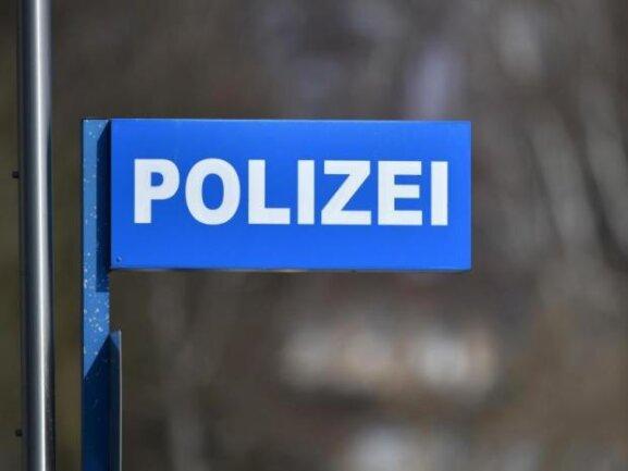 Ein 58-jähriger Fußgänger ist am Samstagvormittag in Werdau von einem unbekannten Radfahrer angegriffen und leicht verletzt worden.