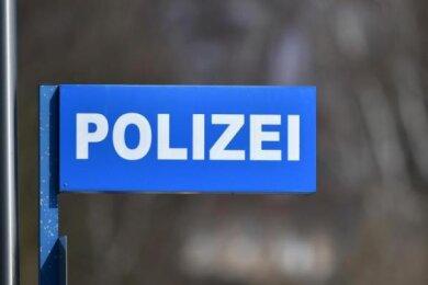 Unbekannte haben zwischen Samstagabend und Dienstagmorgen ein Einfamilienhaus sowie das Julius-Motteler-Gymnasium in Crimmitschau beschmiert.