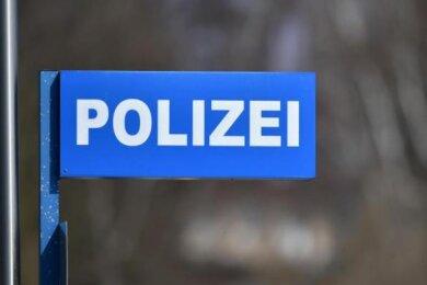 Mann geht mit Stein auf Fahrkartenkontrolleur in Plauen los.