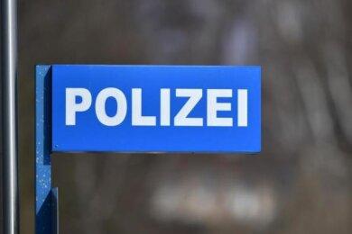 Mit leeren Händen sind Einbrecher in der Nacht zum Donnerstag aus einem Garagenkomplex im Markneukirchener Ortsteil Wernitzgrün geflohen. Sie wollten dort Beute machen, doch ein Bürger durchkreuzte ihre Pläne.